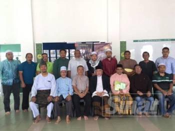 Mohd Azmi (duduk tengah) bergambar dengan ahli Teras dan Majlis Perundingan Pertubuhan Islam Malaysia (Mapim) yang hadir di sini, hari ini.
