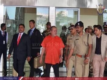 Sultan Johor disambut mesra di Lapangan Terbang Antarabangsa Cochin. -Foto ihsan Royal Press Office