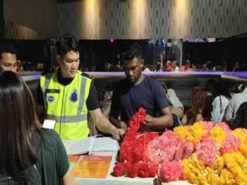 Antara kalungan bunga yang dirampas dalam operasi di sebuah pusat hiburan di Bandar Puteri Puchong malam tadi.