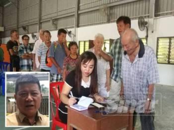 Pusat Khidmat Dun Teruntum mengagihkan wang derma orang ramai kepada mangsa kebakaran. (Gambar kecil, Chon Siang)