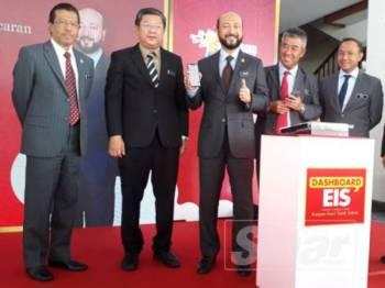 Mukhriz (tiga dari kiri) menunjukkan isyarat bagus selepas mencuba aplikasi EIS dalam melihat maklumat cukai di Kedah menerusi telefon beliau. Turut kelihatan Tan (dua dari kiri) dan Mohamad (dua dari kanan).