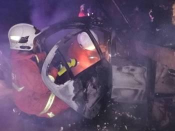 Keadaan kereta dan lori yang terbabit kemalangan dan terbakar lewat malam tadi. - Foto bomba
