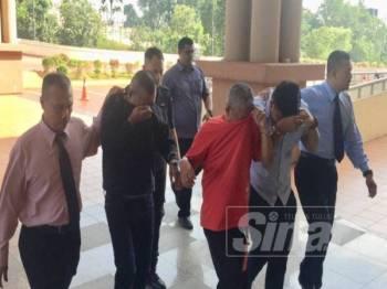 Mohd Fadli (dua dari kanan) tidak mengaku menyimpan harta curi di Mahkamah Majistert Kuantan hari ini.