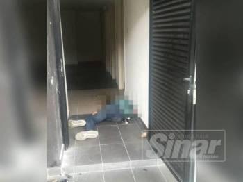 Mayat mangsa yang berlumuran darah dan muntah ditemui dalam tandas pengawal keselamatan.