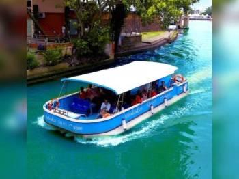 Salah satu bot MRC yang terdapat di Sungai Melaka.
