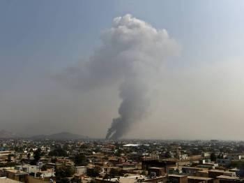 Asap kelihatan dari lokasi serangan susulan letupan kuat di Kabul semalam. - Foto AFP