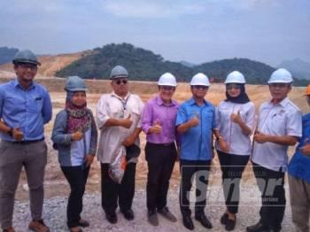 Mohd Anuar (lima, kiri) bersama Wong Tack (tujuh, kiri), Young Shefura (enam, kiri) dan Chin Chen (empat, kiri) selepas lawatan kerja di Pakej 5 Projek CSR di Mempaga, hari ini.