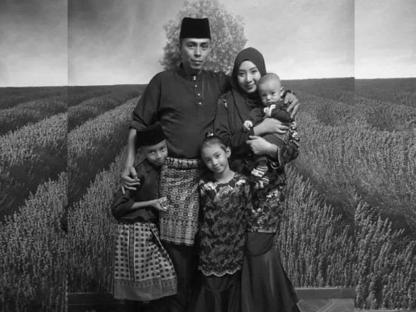 Gambar kenangan arwah bersama isteri dan anak-anak.