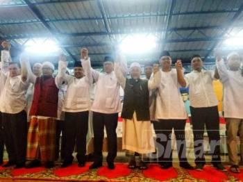 Wan Rosdy(empat,kiri),Tuan Ibrahim (Lima,Kiri) ,Jamil(tiga,kiri) dan Syed Ibrahim (kanan) bersama  barisan kepimpinan kedua-dua parti tersebut