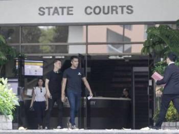 Aliff Aziz (kanan) yang menghadapi dua tuduhan mencuri didakwa di mahkamah. Dia hadir di mahkamah semalam bersama temannya. - Foto Berita Harian Singapura