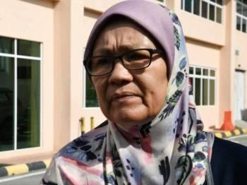 Rusunjan Mohamad, 57, ibu kepada Allahyarham Mohd Zahir Armaya ketika menuntut jenazah anaknya di Hospital Queen Elizabeth, hari ini. - Foto BERNAMA