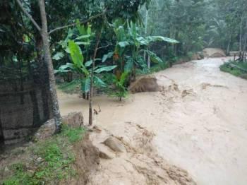 Banjir dari Gunung Inas masuk ke kawasan penduduk.