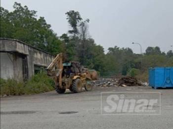 Jentolak turut digunakan untuk membersihkan lokasi sampah haram di Jalan Kamunting Bukit Sentosa.