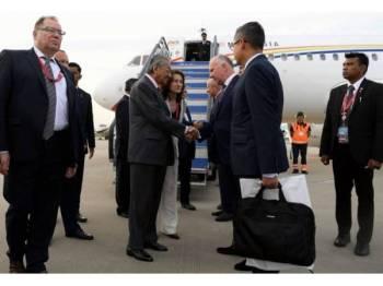 Perdana Menteri Tun Dr Mahathir Mohamad tiba di Lapangan Terbang Antarabangsa Vladivostok bagi lawatan kerja di Pulau Russky, Rusia untuk menghadiri Forum Ekonomi Timur (EEF) 2019 hari ini. - Foto Bernama