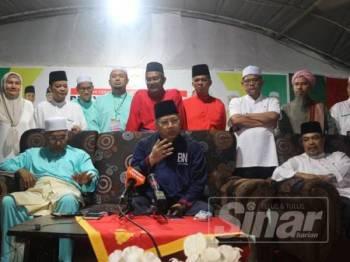 Annuar (duduk, tengah) pada sidang media selepas Himpunan Penyatuan Ummah Kedah di Muassasah Darul Ulum Pokok Sena malam tadi. Foto: ROSHILA MURNI ROSLI