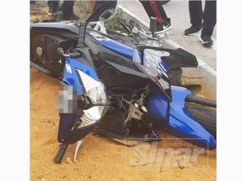 Motosikal mangsa selepas terbabit dalam kemalangan di Kilometer 46, Jalan Teluk Intan-Klang berhampiran Pekan Baru Kuala Selangor.