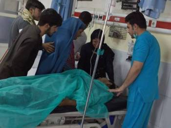 Ahli keluarga melihat seorang mangsa menerima rawatan di Hospital Wazir Akbar Khan susulan serangan baharu Taliban di Kabul hari ini. - Foto AFP