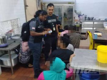 Antara warga asing yang ditahan dalam operasi di sekitar Rawang dan Batang Kali, Hulu Selangor semalam.