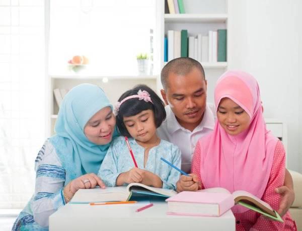 IBU BAPA perlu memainkan peranan dalam mendidik anak-anak supaya terhindar daripada ancaman akidah yang menggerunkan.