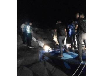 Anggota polis membuat pemeriksaan di lokasi mayat ditemukan.
