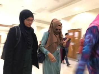Mazuin (kiri) dibawa keluar oleh anggota SPRM bagi membayar denda selepas membuat pengakuan bersalah atas pertuduhan alternatif di Mahkamah Sesyen Kuantan hari ini.