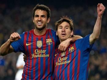 Cesc Fabregas ketika beraksi bersama Lionel Messi.