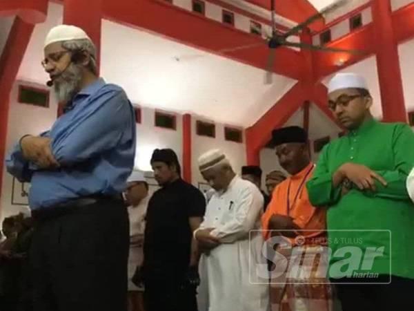 Zakir ketika mengimamkan solat di Masjid Cina Krubong, di sini hari ini.