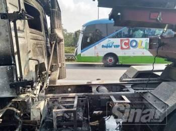 Keadaan lori mangsa yang terbakar dalam kejadian itu.