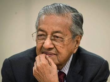 Dr Mahathir ketika mendengar pertanyaan daripada pengurusan Ritsumeikan di Sekolah Rendah Ritsumeikan sempena lawatan kerja ke Kyoto hari ini.