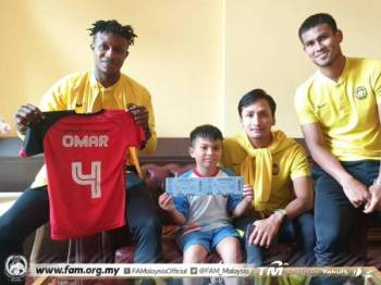 Omar menerima dua tiket menyaksikan perlawanan menentang UAE di Stadium Nasional, Bukit Jalil, Selasa ini yang diberikan oleh pemain Harimau Malaya. Foto: FAM