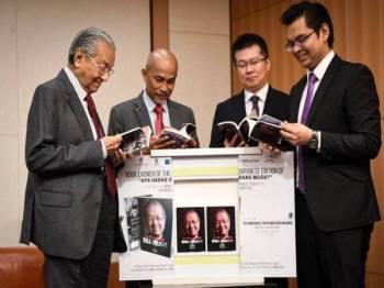 Perdana Menteri Tun Dr Mahathir Mohamad ketika melihat buku 'Apa Habaq Orang Muda' edisi bahasa Jepun pada pelancaran buku tersebut, semalam. -Foto Bernama