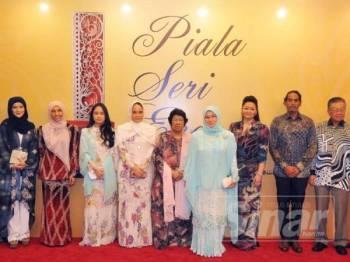 Tunku Azizah berkenan bergambar bersama Nori dan Leela pada majlis Piala Seri Endon 2019. -FOTO: ROSLI TALIB