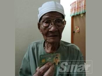 Jasmo menunjukkan kad pengenalan miliknya ketika ditemui wartawan Sinar Harian di Kampung Delek Kanan, Klang.