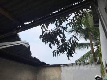 Keadaan atap rumah salah seorang penduduk yang rosak akibat kejadian ribut, petang semalam.