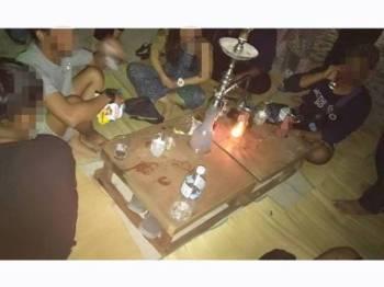 Sebahagian daripada yang ditahan ketika sedang asyik menikmati minuman keras di tepi Pantai Pasir Panjang, Pulau Perhentian, Besut, Jumaat lalu. Foto: Ihsan JHEAT