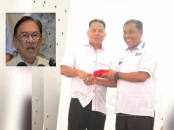 Ketua PKR Cabang Sabak Bernam, Datuk Seri Rahim Ahmad (kiri) menyampaikan cenderahati kepada Shatiri pada Mesyuarat Agung Tahunan PKR Cabang Sabak Bernam di Dewan Parit 6, Sungai Besar di sini hari ini. (Gambar kecil, Anwar Ibrahim)
