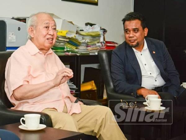 Nik Marhalim (kanan) mendengar amanat disampaikan Tengku Razaleigh semasa membuat lawatan bersama DPIM bertemu pemimpin veteran UMNO itu di Kelantan baru-baru ini.
