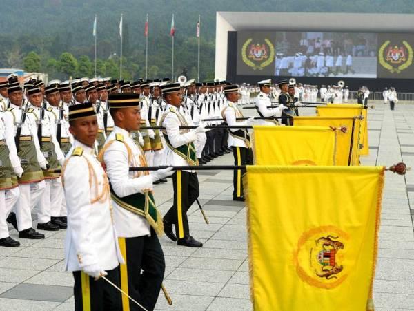 Raptai mengarak Panji-Panji Yang di-Pertuan Agong  di Dataran Pahlawan Negara, Presint 1, di sini hari ini berjalan lancar. - Foto Bernama