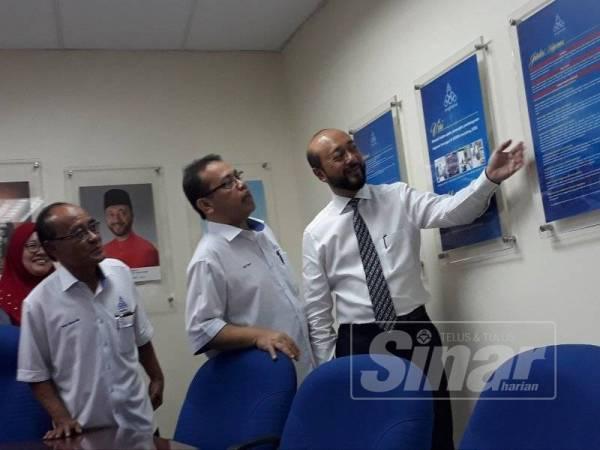 Dari kanan Mukhriz, Abdul Fattah dan Wan Ibrahim ketika meninjau bilik mesyuarat di Bangunan ANGKASA Negeri Kedah di Alor Setar hari ini.