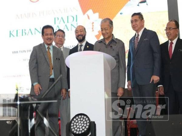 Dr Mahathir (tiga dari kanan) merasmikan Konvensyen Padi peringkat kebangsaan hari ini.