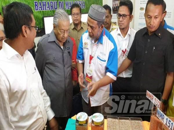 Mahathir (dua dari kiri) ketika melawat ruang pameran selepas merasmikan Konvensyen Padi peringkat kebangsaan di Alor Setar hari ini.
