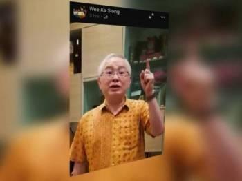 Video dimuat naik Ka Siong dalam laman Facebook miliknya sebentar tadi.