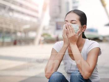 PAKAI penutup hidung dan mulut apabila berada di luar.