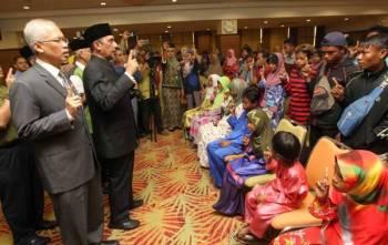 Syed Ibrahim (tengah) mengetuai pengislaman seramai 47 saudara baharu di Yayasan Pahang hari ini.