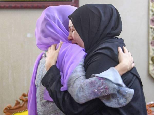 Tuanku Zara Salim memeluk Nour Shafinar ketika melawat wanita itu di kediaman keluarganya di Taman Perpaduan Ulu Kinta hari ini.