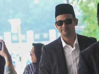 Pelakon, Sharnaaz Ahmad hadir di Mahkamah Syariah Kuala Lumpur untuk kes penceraian dengan isterinya, Nor Nabila hari ini.