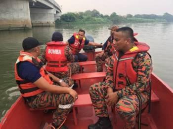 Anggota bomba ketika melaksanakan operasi mencari dan menyelamatkan lelaki yang dilapor terjun di Jambatan Uptown Klang menghala Kota Kemuning petang semalam. Foto: Ihsan Jabatan Bomba dan Penyelamat Malaysia