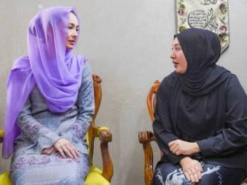 Tuanku Zara Salim berbual bersama Nour Shafinar di kediaman keluarganya di Taman Perpaduan Ulu Kinta hari ini.