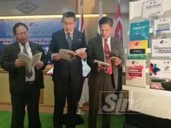 Salahuddin (tengah) melihat kandungan DPP ketika melancarkan dokumen itu di Wisma Tani hari ini.