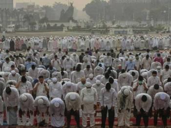 Ribuan penduduk Indonesia mengadakan solat hajat memohon agar diturunkan hujan.